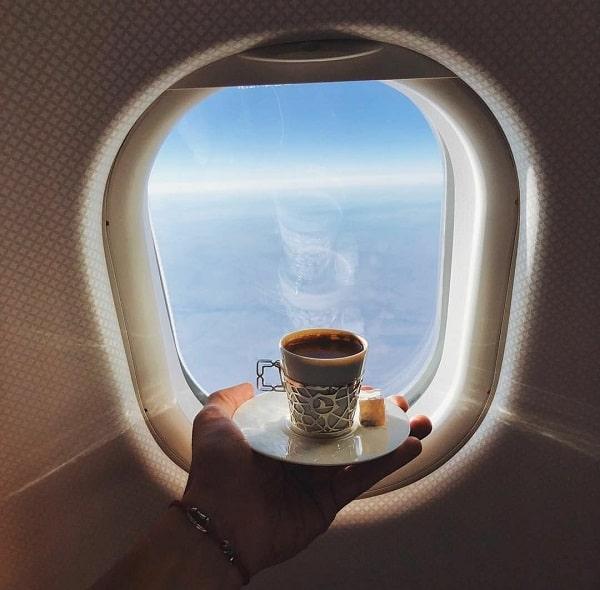 خوردن نوشیدنی گرم در هواپیما از کار هایی که نباید انجام دهید