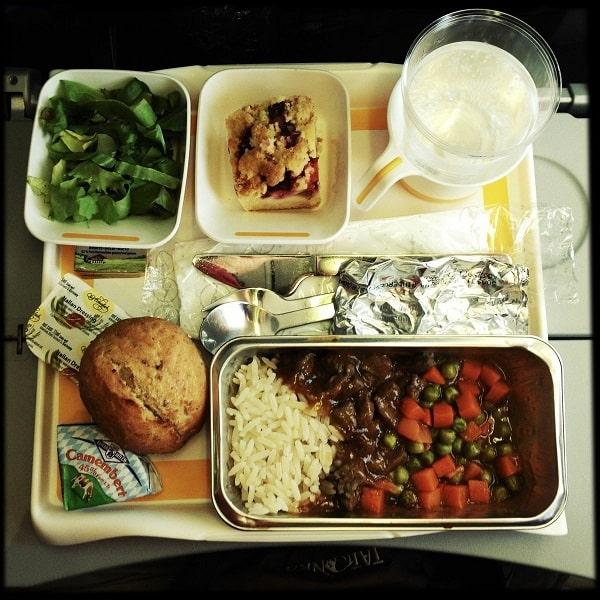غذای هواپیما روی سینی صندلی