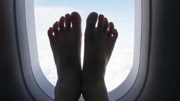 در آوردن جورا در هواپبما از کار هایی که نباید انجام دهید